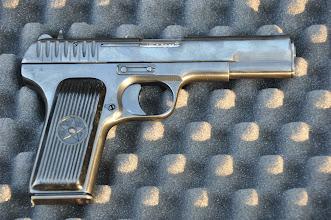 Photo: Sovětská samonabíjecí pistole Tokarev TT-33, produkovaná v SSSR za účelem nahrazení revolveru Nagant (ruská ruleta).  Všimněte si sovětských značek na rukojeti zbraně. Tato pistole je soudě podle hrubšího drážkování na závěru zbraně vyrobena ještě před 2. světovou válkou. Poválečné zbraně měly jemnější drážkování a používaly se až do dob studené války, kdy byly nahrazeny pistolí Makarov. Zbraň samotná měla velmi výkonnou ráži 7,62x25, která měla již za dob 2. světové války výkon dostatečný k proražení většiny dnešních moderních neprůstřelných vest. Pistole se za války vyskytovala pouze u důstojníků, protože v tehdejším Sovětském svazu byl tenkrát tak velký nedostatek palných zbraní, takže někteří vojáci nedostali do boje ani pušku.  Autor popisku: Štěpán Pravda, student 1. A.