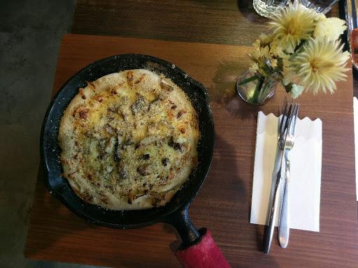 牛肝蕈野菇乳酪pizza,伯爵紅茶 餐點好吃實在,環境質感很棒