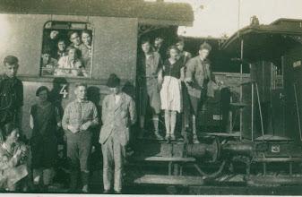 Photo: Staand vóór de wagen: Jaap Kalma, Elly Boetje, Bart Ruitenberg, Herman Hesselink en zittend: Tusschen de wagens: Douwe Groeneveld, daarnaast Zus Beun.