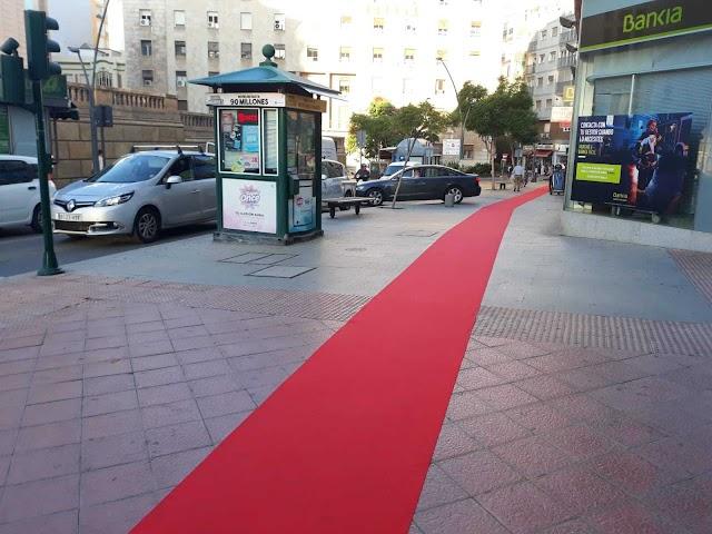 La alfombra roja se extiende por varias calles del centro de la ciudad.