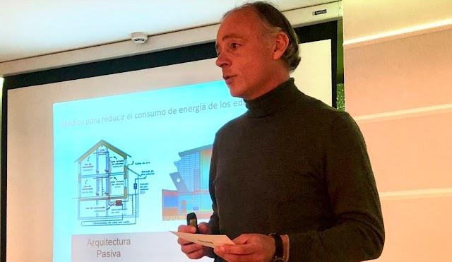 El arquitecto almeriense José Ángel Ferrer, durante una conferencia