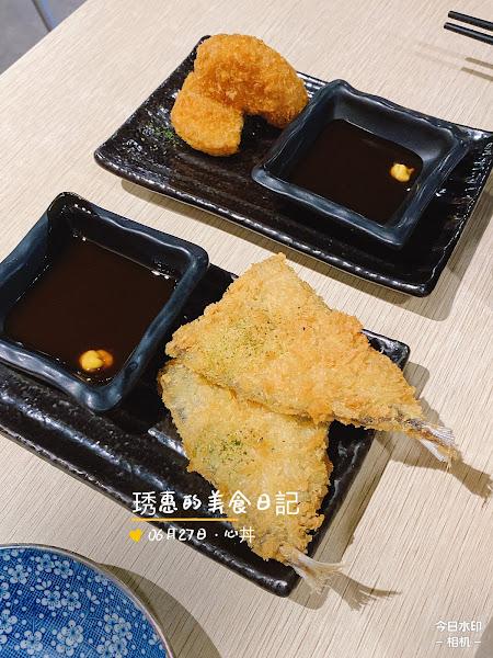 上次無意發現的店 沒有預約要等很久 這次記得先預約不用等 竹間🐟炸物好吃😋沒刺 焦糖鮭魚壽司🍣口感很特別 鰻魚飯的刺有點多,口感很肥美👍👍