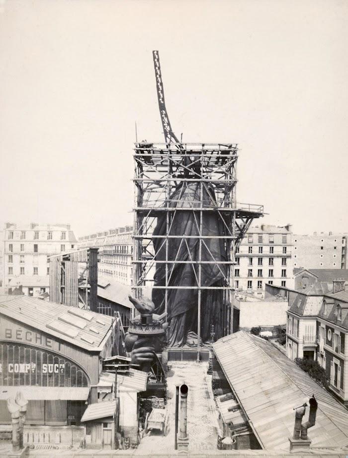 L'assemblage de la Statue de la Liberté sur la structure métallique de Gustave Eiffel, dans les ateliers Gaget, Gauthier et Compagnie