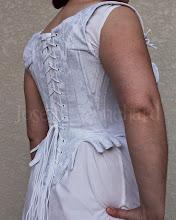 Photo: Corset Midbust Ref.: CRM 1790 01  Corset Midbust (Stays), até a cintura em brocado branco, sarja e algodão, com detalhe em cetim. Confeccionado com barbatanas flats.  Site: http://www.josetteblanchard.com/  Facebook: https://www.facebook.com/JosetteBlanchardCorsets/  Email: josetteblanchardcorsets@gmail.com josetteblanchardcorsets@hotmail.com