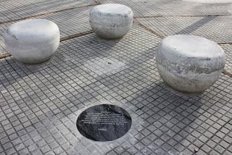 Photo: Marcas de la Memoria (10) Ombú de Ramón Anador. Lugar de frecuentes manifestaciones populares. La marca en Plaza Guernica.