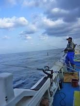 Photo: 釣り師のイノウエさん!ウキを流しながら、隣でジギング!本当に元気です!