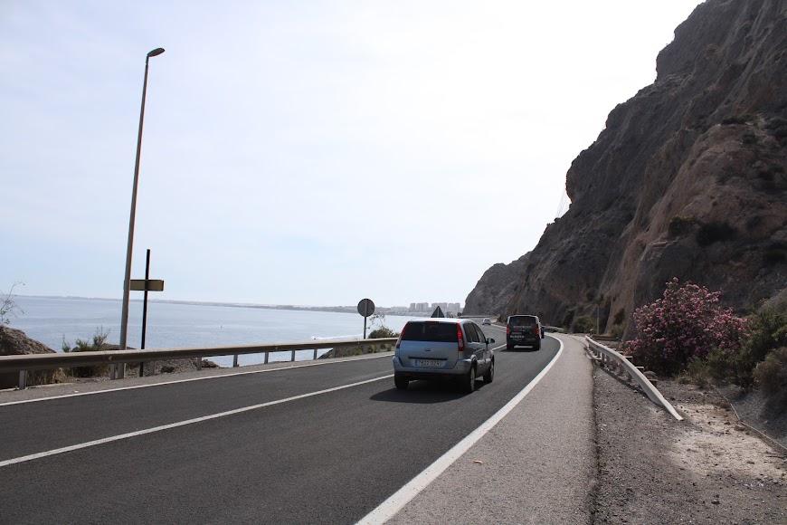 Los vehículos utilizan esta vía tras su reapertura.