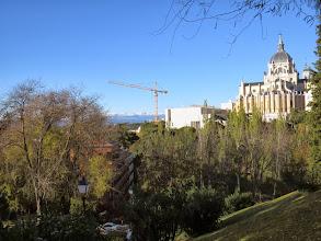 Photo: Parque atrás de la catedral, con cerros nevados al dofón.