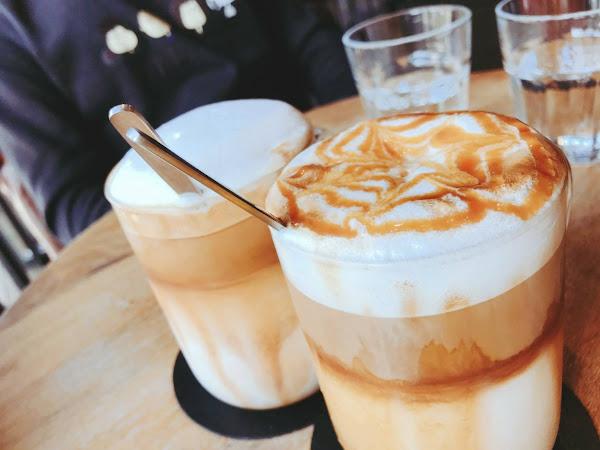 價位偏高 不過珍奶鍋煎鬆餅好吃 不會太甜也不會太乾 咖啡味道還行 調味拿鐵稍甜 環境悠閒舒適