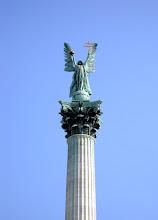 Photo: Középen a 36 méter magas oszlopon a győzelem géniusza, a kitárt szárnyú Gábriel arkangyal szobra áll, egyik kezében a magyar koronát, a másikban a kettős keresztet emeli a magasba