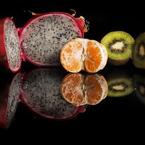 Pitahaya, orange and kiwy by Cristobal Garciaferro Rubio - Food & Drink Fruits & Vegetables ( kiwy, reflection orange, fruits, fuit, pitahaya )