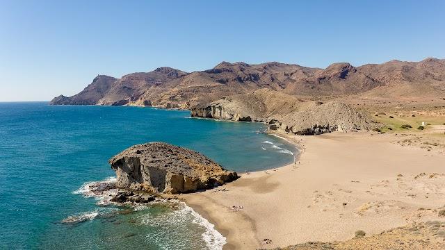 La belleza de la costa almeriense atrae cada año a más turistas.