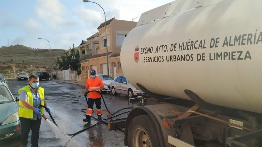 Labores de limpieza en Huércal de Almería.