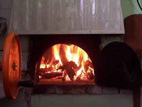 Photo: Preparando el horno de barro