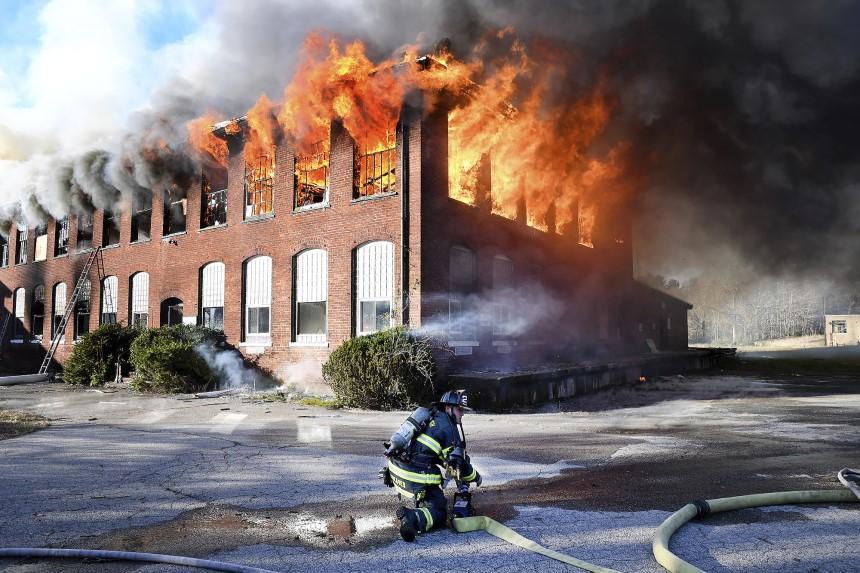 Mái nhà là cấu phần rất dễ bị tàn phá trong đám cháy