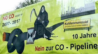 Grafik und Text auf Plakat: Tod mit Sense und Stundenglas hockt auf CO-Rohrleitung. «Kohlenmonoxid geruchlos, farblos, lautlos, tödlich», «NO CO weiter so 2007-2017», «10 Jahre Nein zur CO-Pipeline».