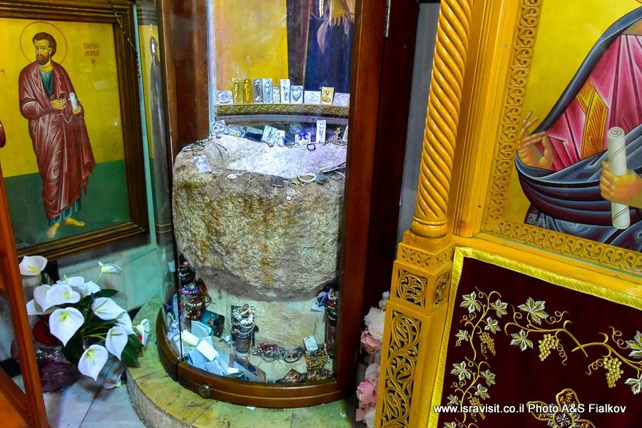 Каменный водонос из первого чуда в православной церкви в Кане Галилейской. Экскурсии в Израиле.