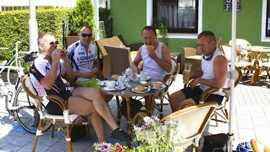 Photo: 2. Frühstück nach etwas über 50 km. Tratitionell: Butterbrötchen und Kaffee.