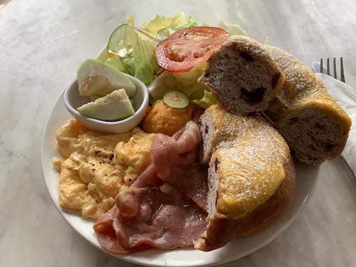 非常好吃又平價早午餐,早午餐加飲料共300元以內。現炒蛋跟培根香噴噴的,香味撲鼻十分好吃。另外起司貝果很軟,甜甜的。早午餐份量適合女性消費者,對男生來說可能一份不夠。店內裝潢復古又溫馨,很適合文青或喜