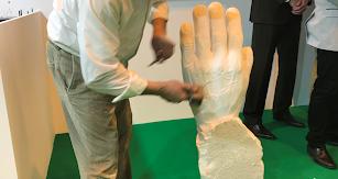 Un marmolista talla una pieza.