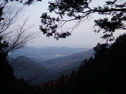右に神岳(奥は度会町)