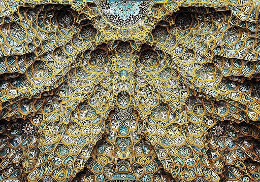 A beleza hipnotizante dos tetos das mesquitas iranianas