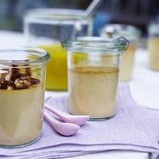 Karamellcreme mit Mangopüree und Pinienkernkrokant