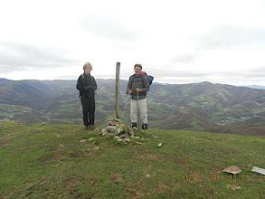 Photo: 907m Nous atteignons le sommet du dôme que constitue la cime d'Errola, marqué par un cairn.