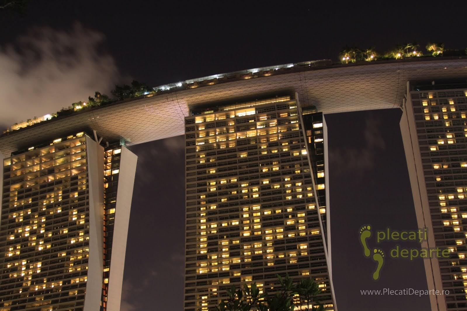 obiective turistice Singapore - Marina Bay - terasa cu piscina de la Hotel Marina Bay Sands noaptea