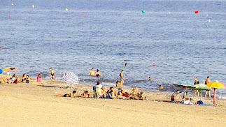 La playa de Retamar, situada en el barrio de este mismo nombre, es 100% accesible e ideal para visitarla en familia.