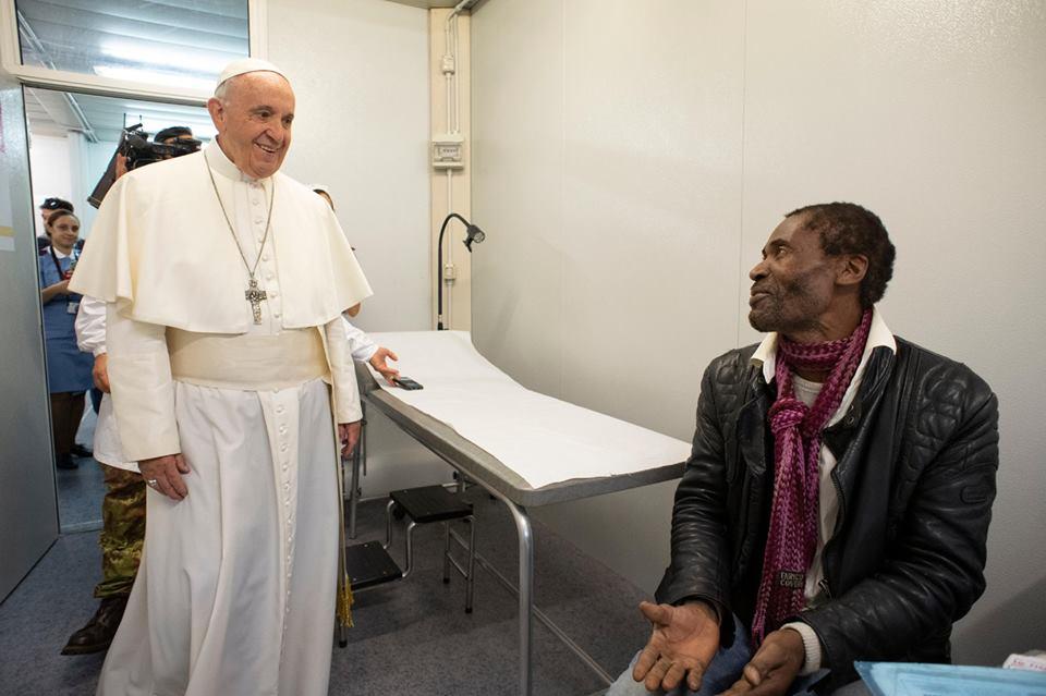 Đức Thánh Cha Phanxico thăm người nghèo tại phòng khám y tế lưu động trong Quảng trường Thánh Phê-rô