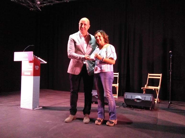 Adela Jiménez, vicepresidenta de la Asociación ArteSOSlidario, recoge el premio Cultura de manos de Antonio Oliva, alcalde de Abla.