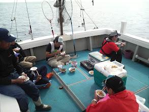 Photo: みんなで美味しく食べました! んーウマイ! ・・・今回も船頭さんは2杯頂きました! んーうまい!