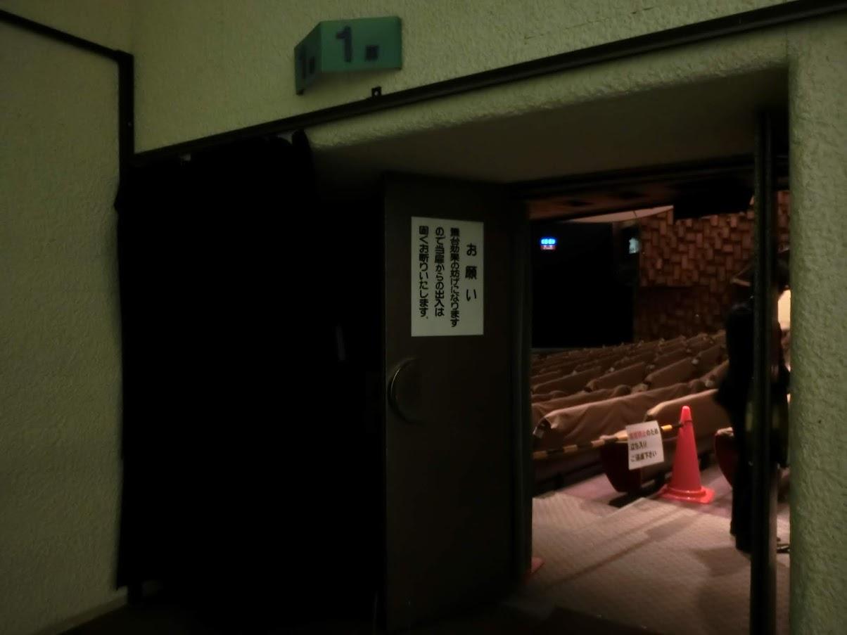 中日劇場ホール左側出口
