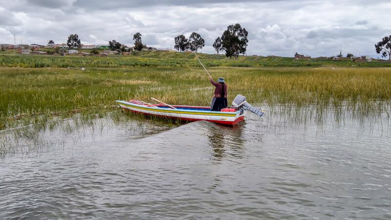 Peruvian+girl+rowing+boat+island+peru+puno+lake+titicaca