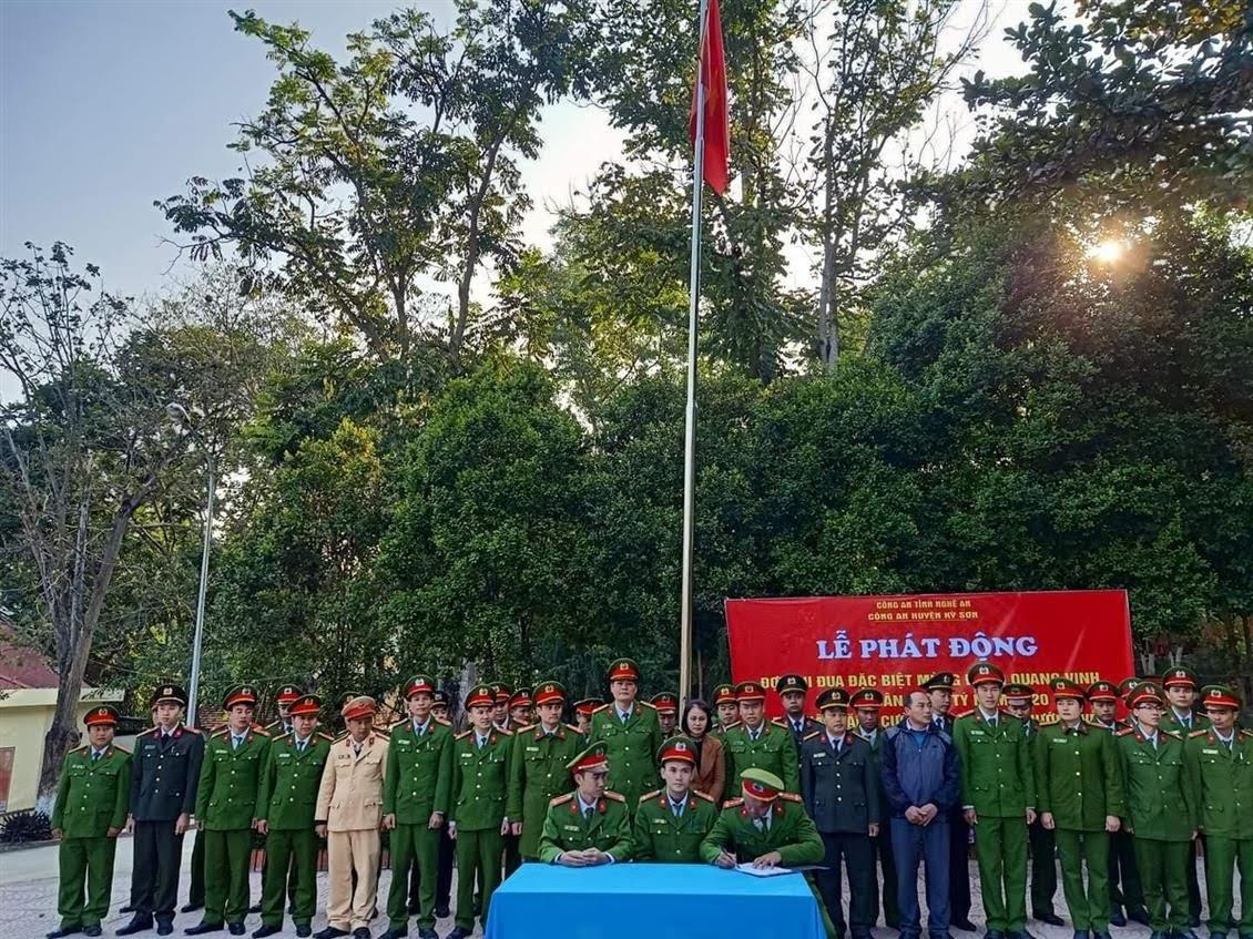 Đại diện các Đội nghiệp vụ và các Tổ công tác Công an huyện Kỳ Sơn ký cam kết giao ước thi đua