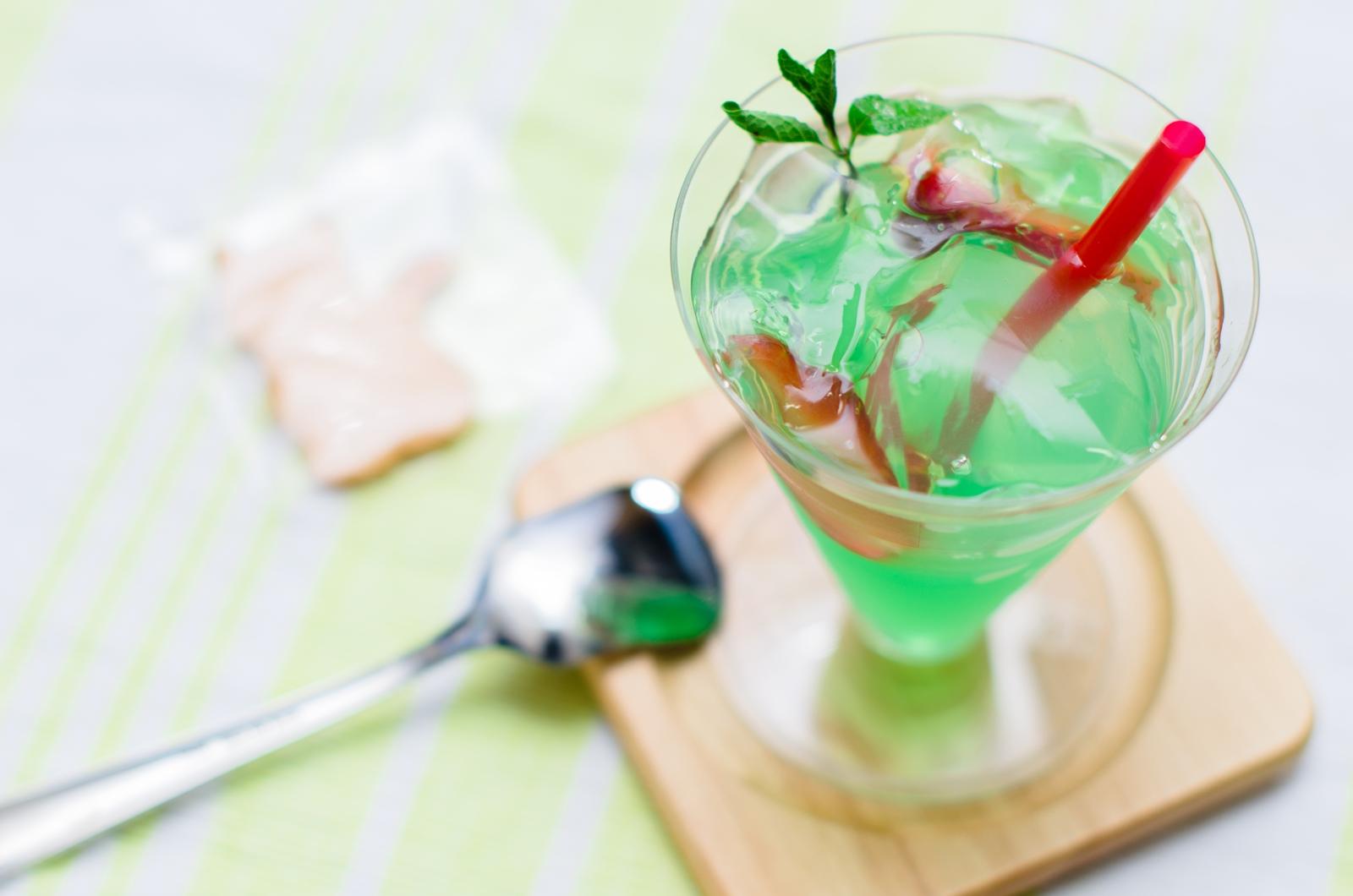 Photo: 「モヒート」 フランス菓子 エリティエ  ちょっと大人な夏のジュレ♪  カクテルの「モヒート」をイメージして作られたという とっても涼し気なジュレ☆ ライムの爽やかさに ほんのりとホワイトラム効いて 口の中は心地よい清涼感♪ そしてつるんとした喉越し 暑い季節にとっても嬉しいスイーツですね!  「 フランス菓子 エリティエ 」 http://heritier-jp.com/  Nikon D7000 Nikon AF-S NIKKOR 50mm f/1.4G  #スイーツ #ジュレ #sweets #cakes #ごちそうフォト ( http://takafumiooshio.com/archives/2584 )