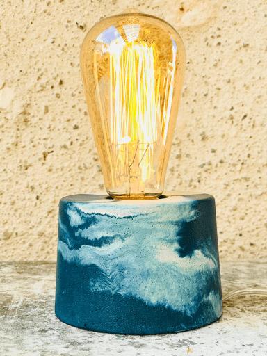 Lampe béton marbré bleu pétrole design avec ampoule à filaments vintage