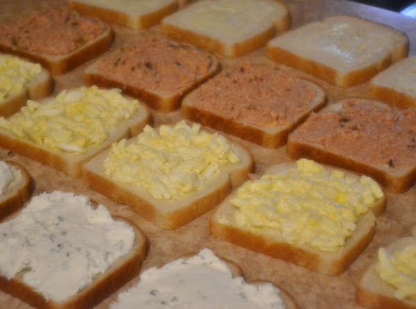 Spread the fillings to the edges of the bread.