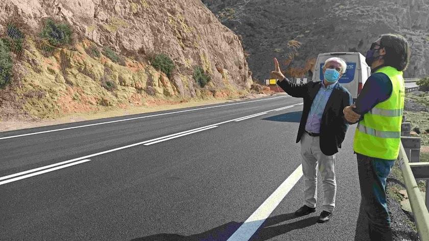 Visita del subdelegado del Gobierno a El Cañarete antes de su apertura.
