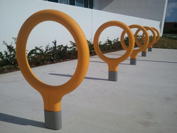 De opvallende gele Key fietsen staander uit de collectie van Urbidermis by Santa & Cole