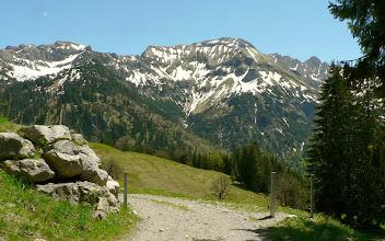 Photo: Almsträßchen zur Schwarzenberghütte L26 + L16 = L42 b -  Weitere Infos: https://pagewizz.com/bad-hindelang-wandern-giebelhaus-schwarzenberghuette-hinterstein/