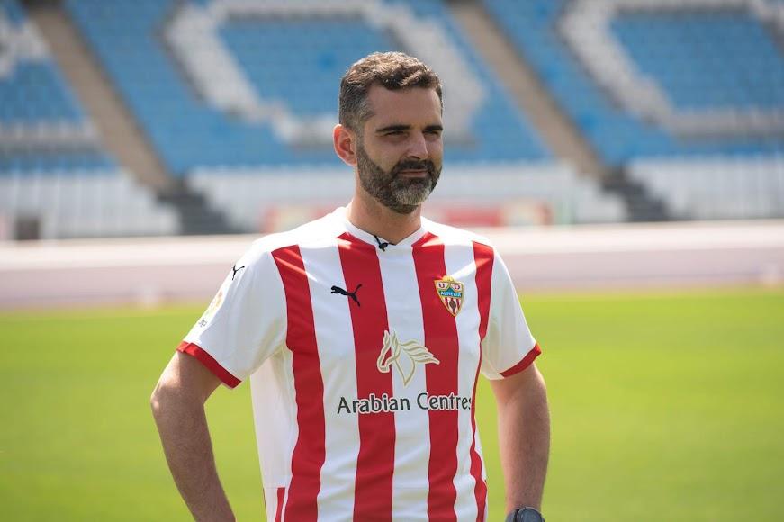El alcalde de Almería, con su camiseta del equipo.