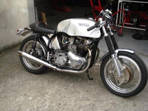 Rénovation terminée pour l'ex moto de JF Balde restaurée par Machines et moteurs, le spécialiste de la moto anglaise classique