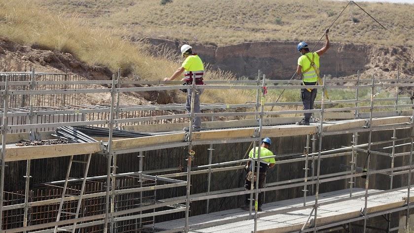 Obreros en uno de los tramos del AVE en Almería.