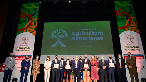 Foto de familia de organizadores y premiados.