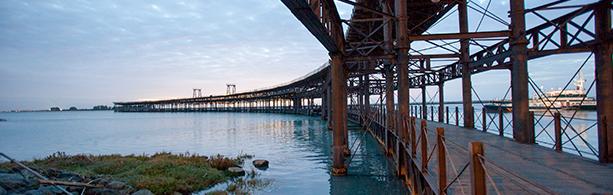 Ponte cruzando o rio