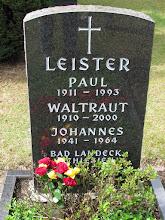 Photo: Blumen in Vereinsfarben zur Totenehrung der verstorbenen Mitglieder am Grab von Paul Leister
