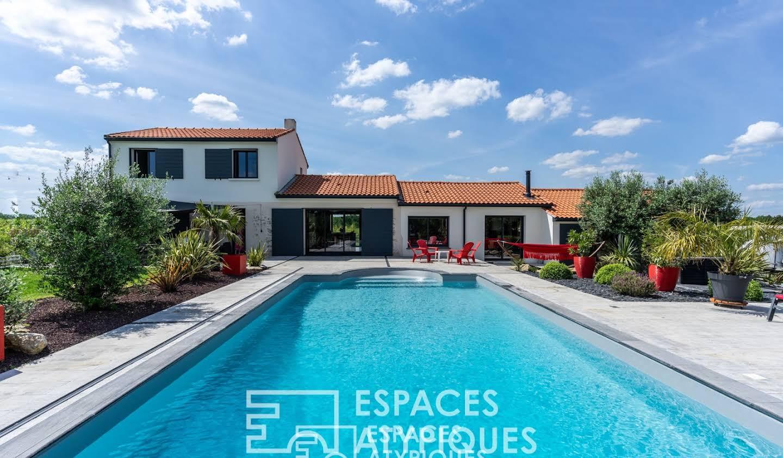 Maison avec piscine et terrasse La Chapelle-Heulin