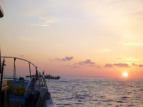 Photo: 朝日が。 「今日もたくさん釣れますように・・・。」